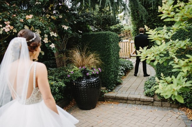 First look bride and groom wedding photo | fabmood.com #firstook #brideandgroom #weddingphoto