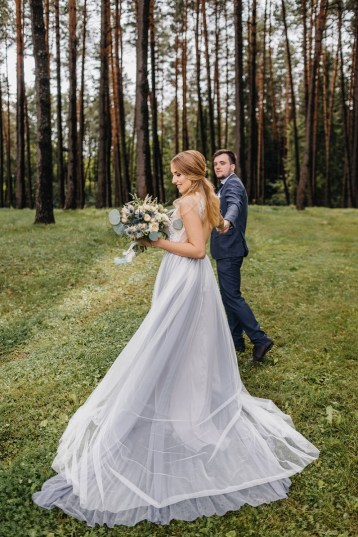 Misty gray color theme - Bride and groom wedding photo | fabmood.com #rusticwedding #mountainwedding #weddingdress