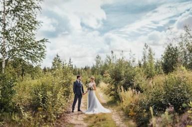 Misty gray color theme - Bride and groom wedding photo | fabmood.com #rusticwedding #mountainwedding #weddingdress