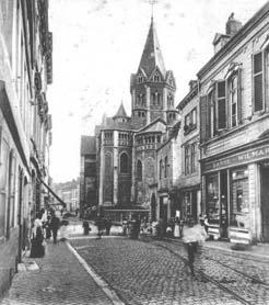 Choeur occidental de la collégiale Sainte-Croix et la rue Saint-Hubert au début du XXe siècle.