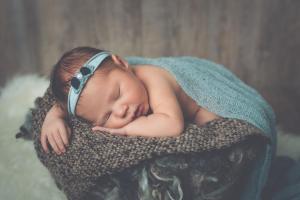 Bébé avec bandeau vert