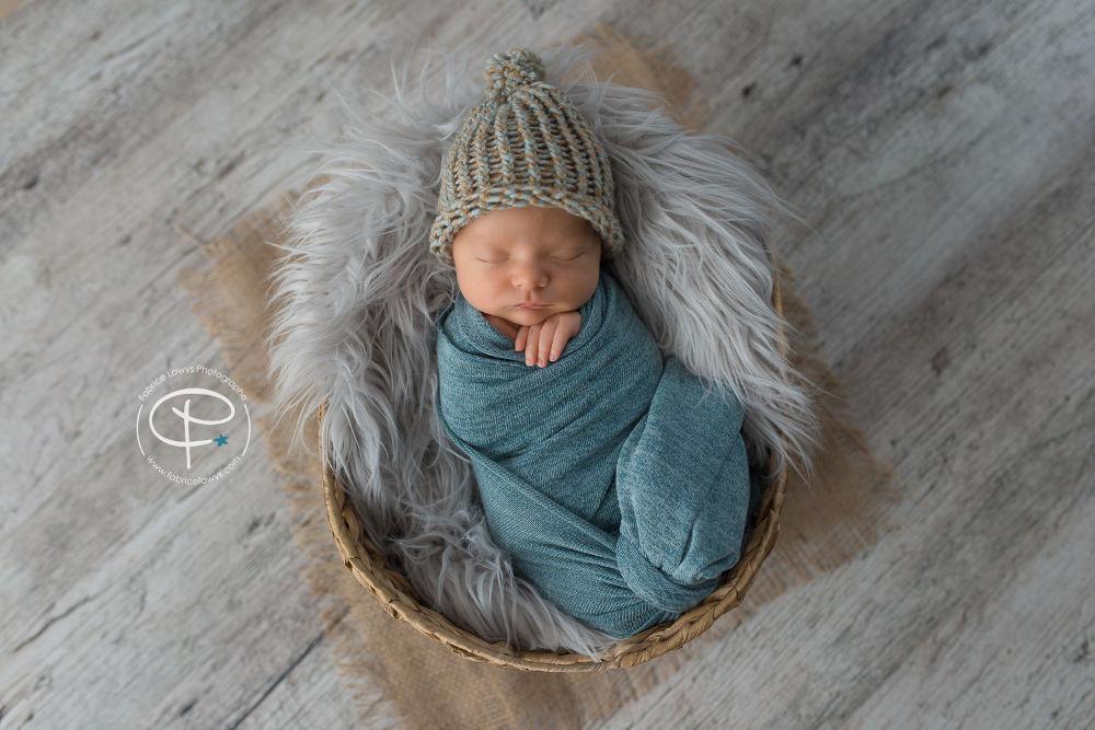 bébé emmailloté et bonnet