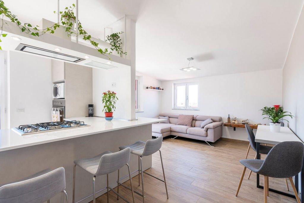 cucina e soggiorno in open space possono essere divisi per creare due ambienti comunque confinanti e vicini ma, di fatto, separati. Open Space Spunti E Soluzioni Per Dividere Gli Spazi Di Soggiorno E Cucina Facile Ristrutturare