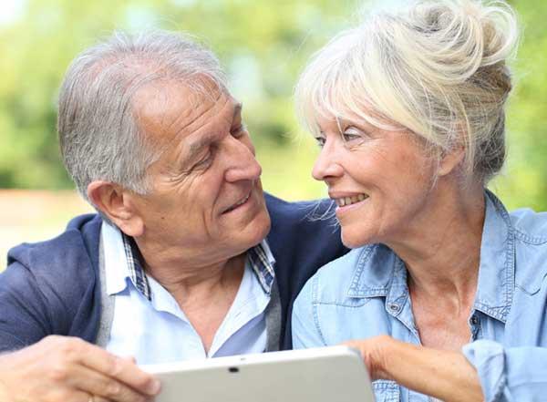 Couple heureux d'utiliser une tablette Facilotab.