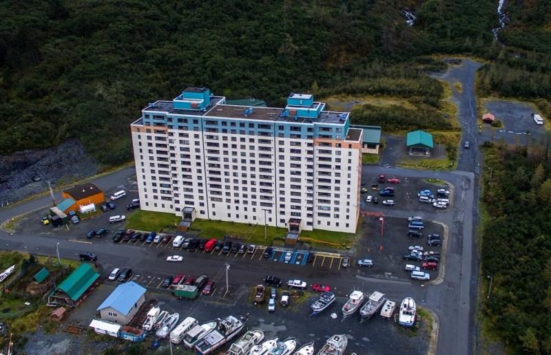 Один дом - целый город. Город Уиттиер (Whittier) Аляска, фото и интересные факты о необычном городе в США. Фото города Уиттиер (Whittier) - как весь город поместился в один дом. Как выглядит изнутри целый город под крышей одной многоэтажки.