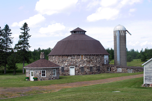 Finnish Roundbarn - Hurley, Wisconsin © Bob Kisken