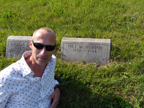 Koen Steenbergen in front of Mondrians grave marker in Cypress Hills Cemetery © Barbara Snow