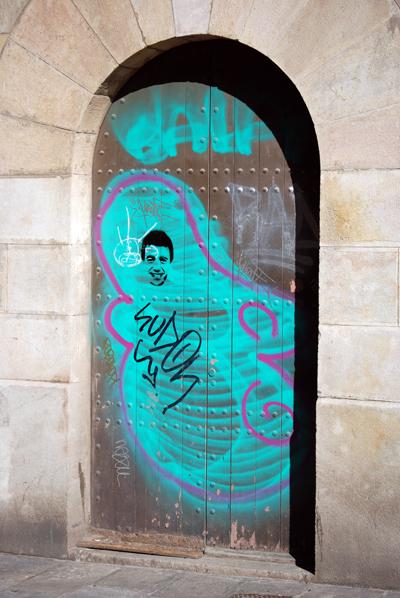 Barcelona graffiti friendly face stencil barcelona - Stencil barcelona ...