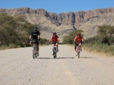 zz-Radreisen-Africa-Bikers-Motiv-Radfahrertrio-vor-Gebirge