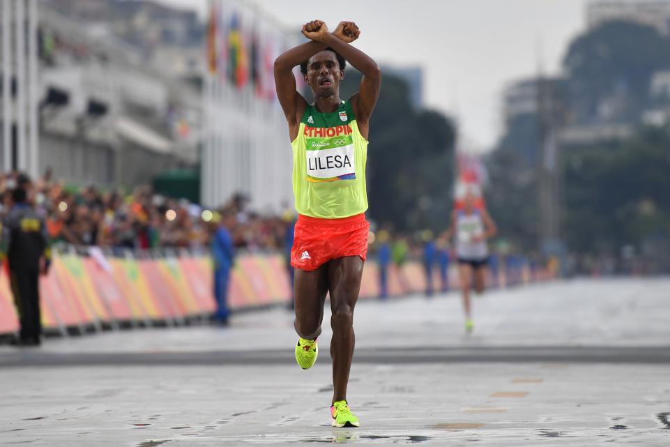 O gesto que pode custar a vida a Feyisa Lilesa | Foto: OLIVIER MORIN/AFP/GETTY IMAGES