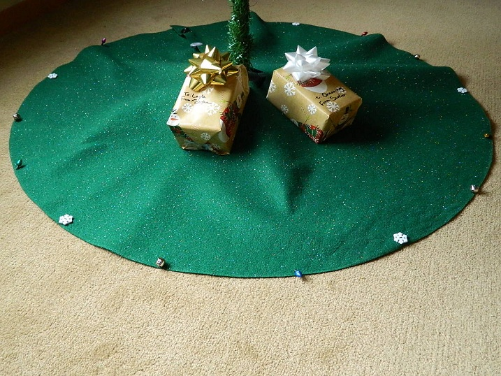 DIY No-Sew Felt Tree Skirt