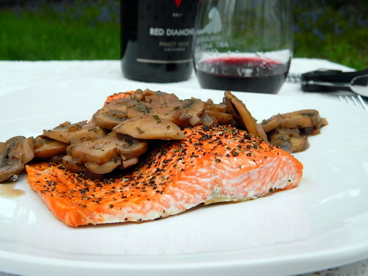 Peppered Salmon with Mushrooms in Red Wine