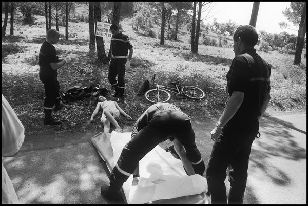 Bormes les mimosas juillet 2004 15H32, malaise d'une jeune ado sur une petite route