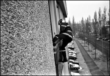 Bourges (cher) mars 2005 9H32, personne ne repondant pas aux appels obligation des pompiers à trouver une issu, la fenêtre sera la solution.