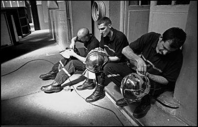 Lyon avril 2004 10H00, nettoyage de l'équipement des sapeurs pompiers, caserne de gerland.