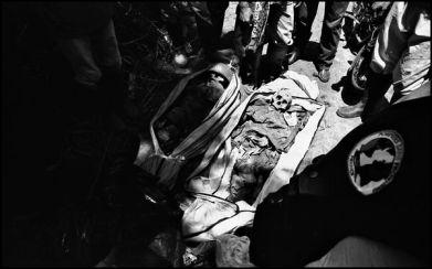 Banda Aceh Sumatra avril 2005 12H30 4mois après le tsunami, 20 personnes sont retrouvés dont 2 militaires de l'armée indonésienne.