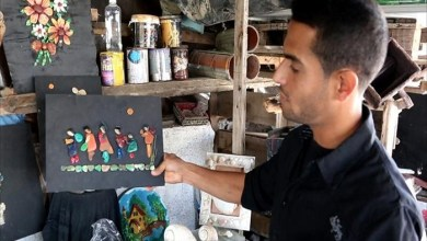 Photo of فلسطيني يحارب البطالة بلوحات فنية من الحصى