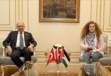 Photo of عهد التميمي تزور اسطنبول وتهدي رئيس البلدية كوفية فلسطينية