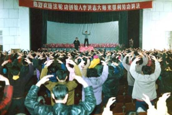 李洪志师父於1994年2月在中国法轮功山东垦利县传授班上讲法传功。(明慧網圖片)