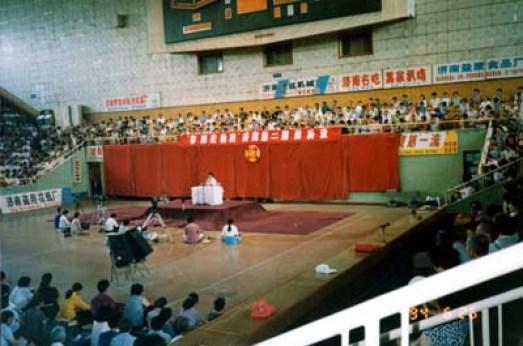 李洪志師父在中國山東法輪功濟南第二期傳授班上講法傳功。(1994-6)(明慧網)