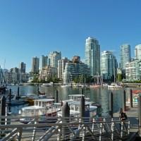 Die Skyline von Vancouver von Granville Island betrachtet