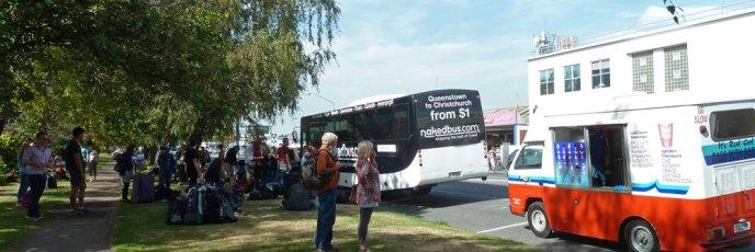 So sieht es aus, wenn ein Bus auf dem Grünstreifen entladen wird und der Eismann große Geschäfte wittert
