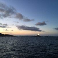 Ein Leuchtturm mitten im Nichts auf dem Meer