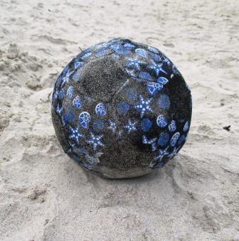 Strandball. Getreten und geschunden.