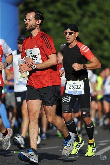 Kilometer 22. Ein Läufer greift zur Flasche.