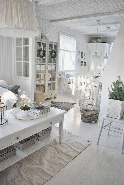 This interior theme often includes furniture and decor with ornate detailing, a curved design, floral painting or appliques as well as a signature heavily distressed painted finish. Style Shabby Chic Maison Conseils Pour Une Deco Shabby Chic
