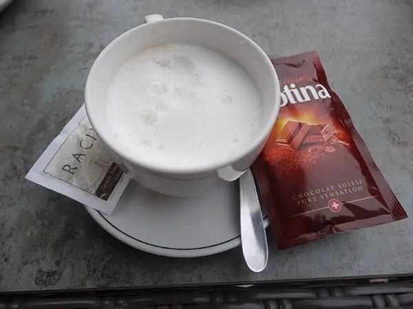 Une tasse de chocolat chaud suisse... mouais...