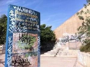 Vilain tag enlaidissant la montée vers le château de Santa Barbara à Alicante