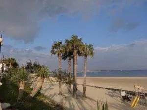 La famille nomade se ballade le long de la plage de Rota