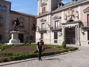 Logan de famille nomade posant devant la mairie de Madrid