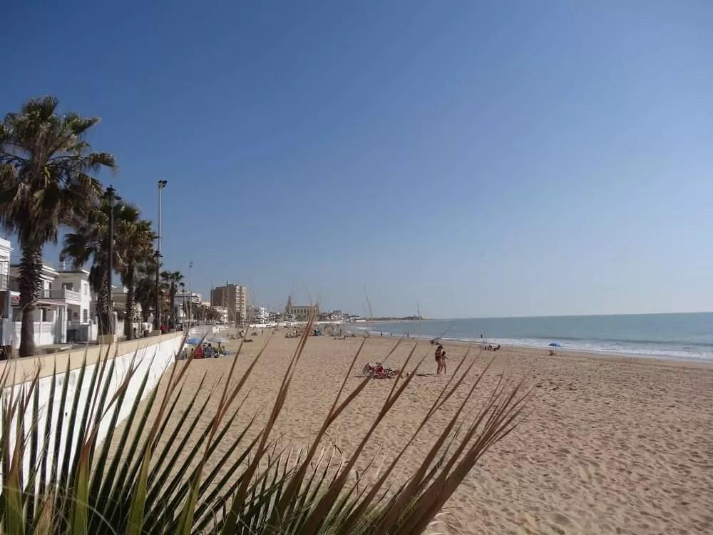 Notre vie nomade ne Espagne-Une plage à chipiona_famille nomade digitale