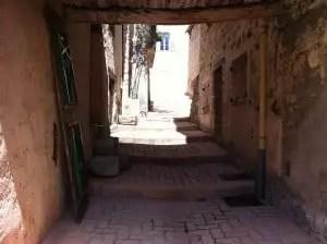 Petite ruelle pavée dans le centre du village