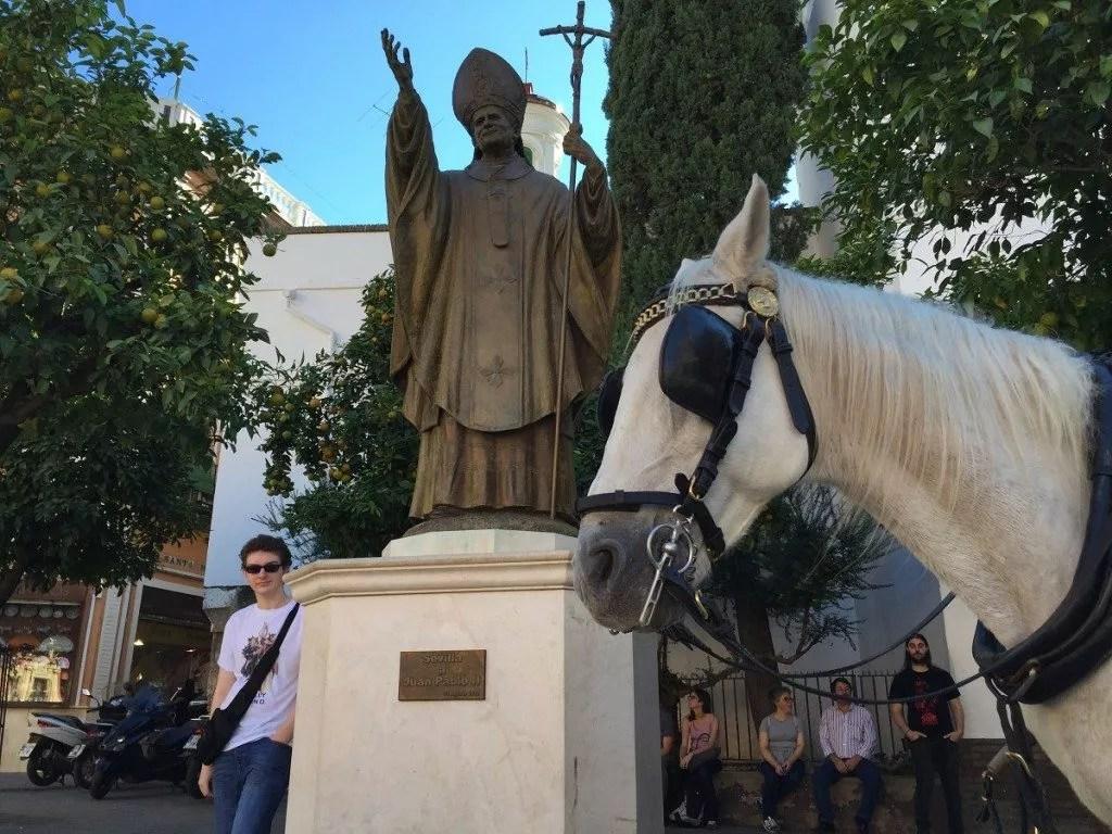 la famille nomade digitale en Andalousie-séville-statue du Pape Jean Paul II