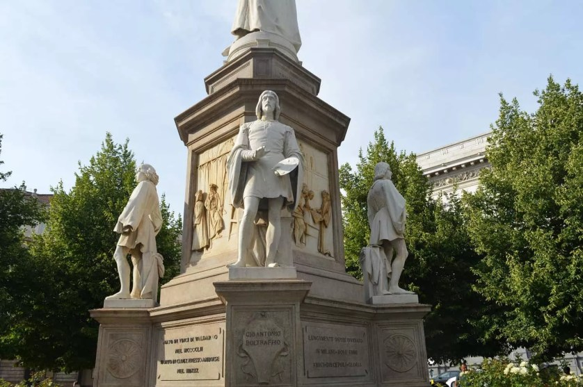 Milan Piazza della Scala-leonard de vinci statue-famille nomade digitale italie