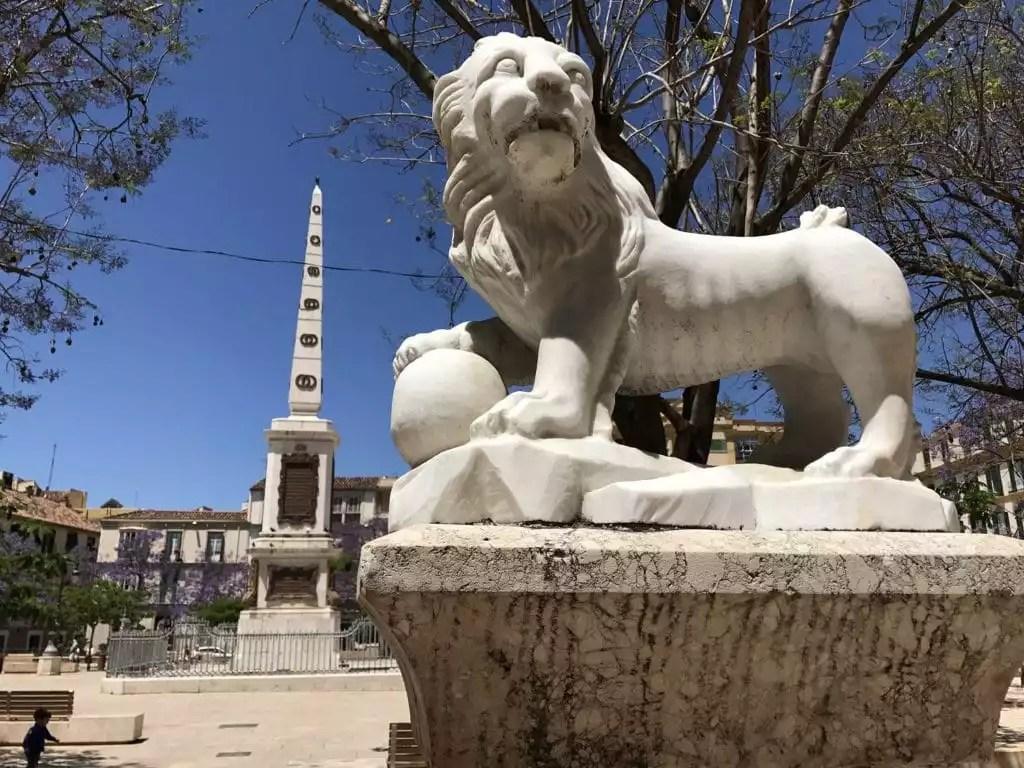 plaza merced à Malaga avec en son centre son obelisque -famille nomade digitale