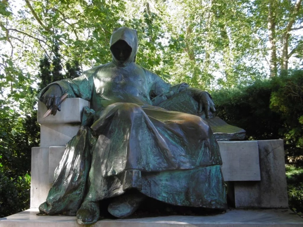 la statue anonymus dans le parc du chateau Vajdahunyad -famille nomade digitale