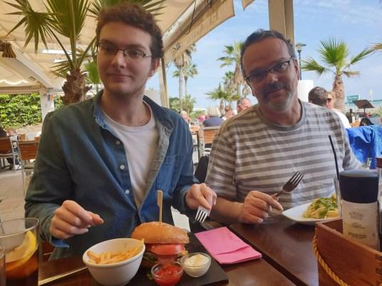 famille Nomade Digitale - dejeuner a la plage Torremolinos