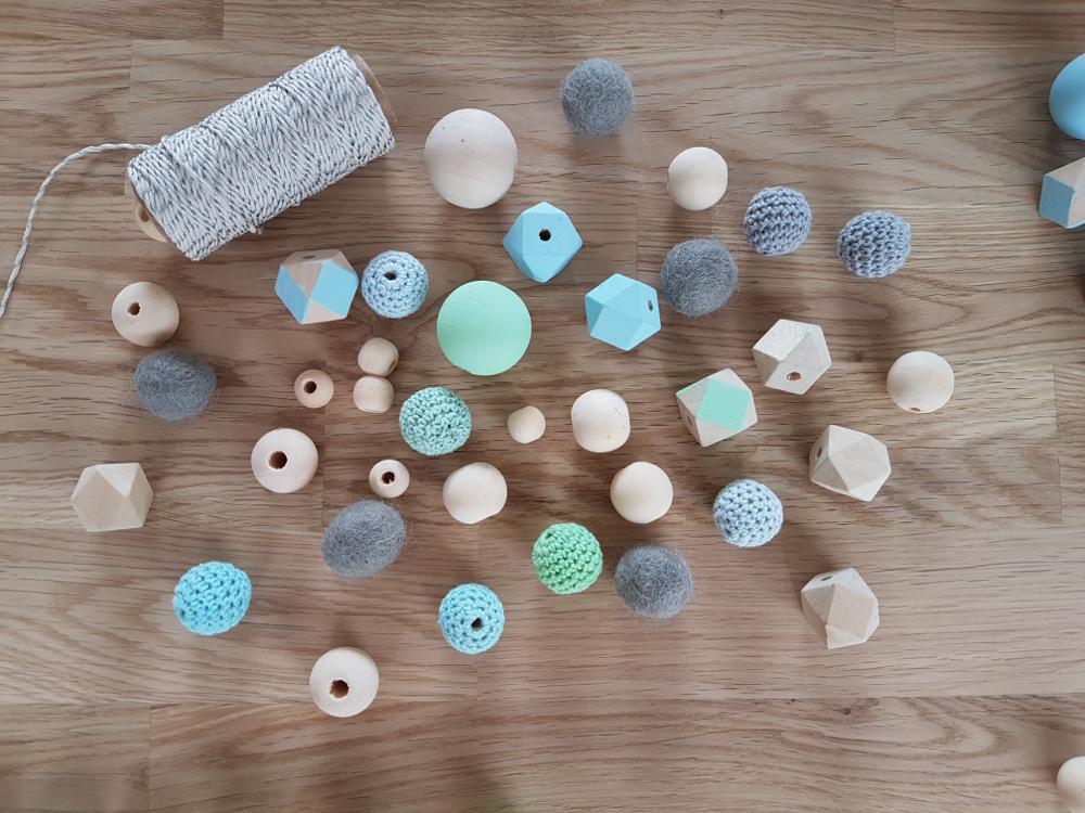 fabriquer mobile bébé perles bois diy