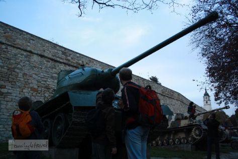 Im Stadtpark an der Belgrader Festung sind Panzer ausgestellt. Begeisterte Eltern machen Erinnerungsfotos: Mein Kind mit Panzer. Wir sind entsetzt.