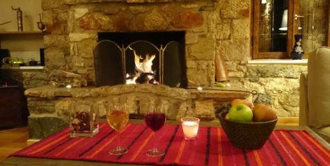 Unseren 15. Jahrestag feiern wir in einem wunderschönen Ferienhaus auf dem Peloponnes vor dem Kamin mit einem zweisamen Abend - absolute Seltenheit, dafür umso schöner.
