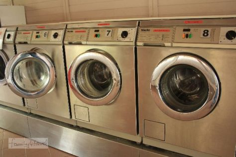 Wer mit Kindern reist, hat immer Dreckwäsche! Für 6,50 Euro wird die wieder sauber (inklusive Waschpulver, eigenes mitbringen geht nicht). Campingplatz Marina d'Erba Rossa, Korsika.