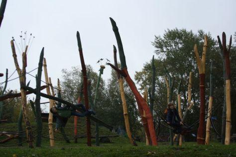 """Macht sogar bei Regenwetter Spaß: der Inselspielplatz zum Thema """"Gullivers Reisen"""" im IGA-Park."""