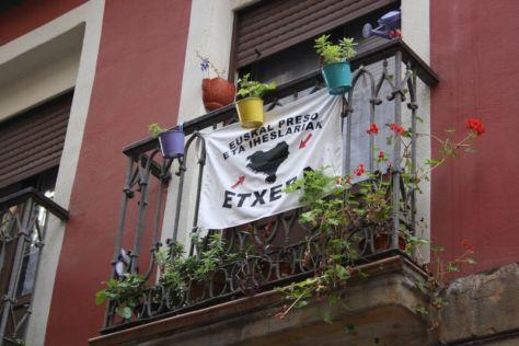 Separatistische Flaggen am Balkon im Baskenland