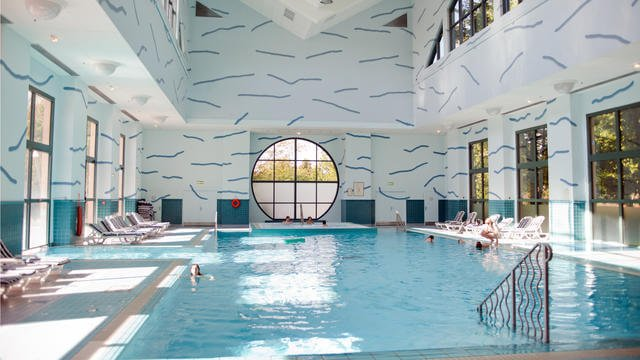 n010080_2017dec01_new-york-hotel-swimming-pool_16-9