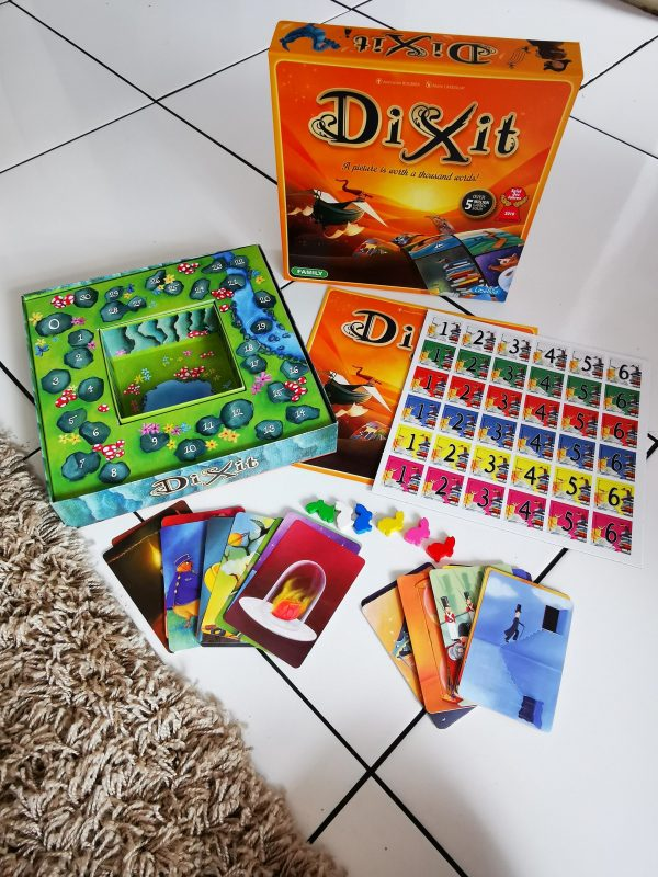 Dixit Contents of the box
