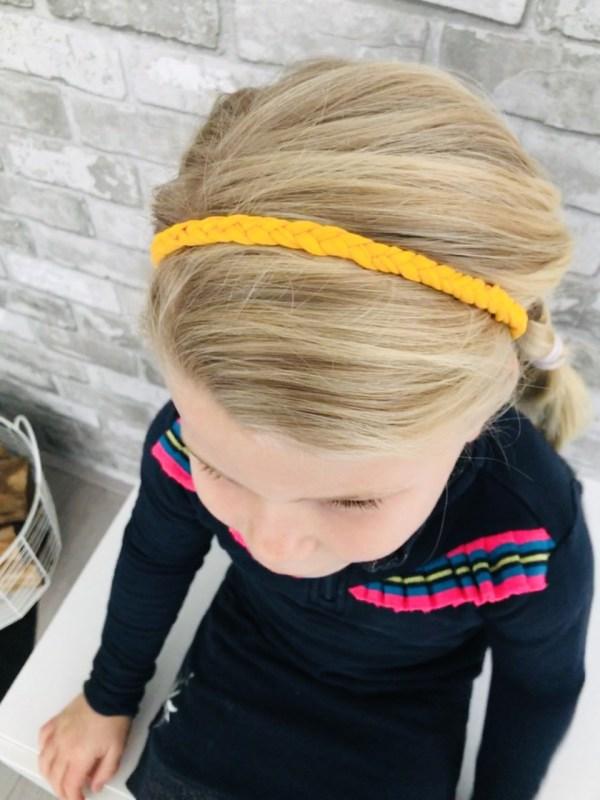 Gevlochten okergeel haarbandje